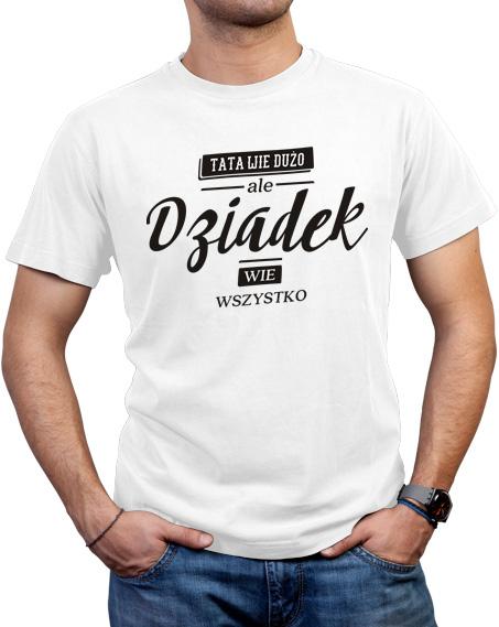 Biała koszulka z napisem Tata wie dużo, ale Dziadek wie wszystko. Duży nadruk w kolorze czarnym znajduje się z przodu koszulki.