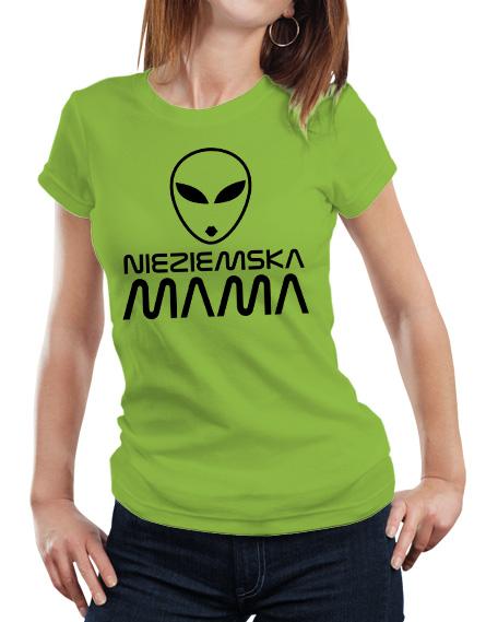 Zielona koszulka dla mamy. Z przodu koszulki czarny napis nieziemska mama i grafika kosmity.