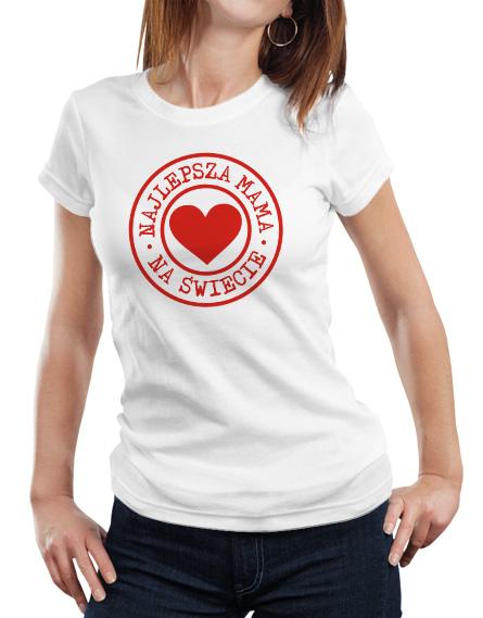 Koszulka na prezent dla mamy. Kolor koszulki biały. Z przodu koszulki czerwony napis najlepsza mama na świecie i grafika serca.