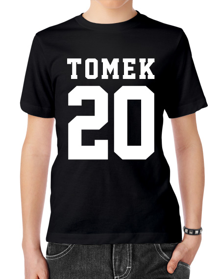Czarna męska koszulka z napisem i numerem. Duży nadruk zdobi przód koszulki.