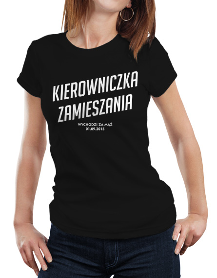 Koszulka na wieczór panieński. Kolor koszulki czarny, z przodu napis Kierowniczka zamieszania wychodzi za mąż w kolorze białym.