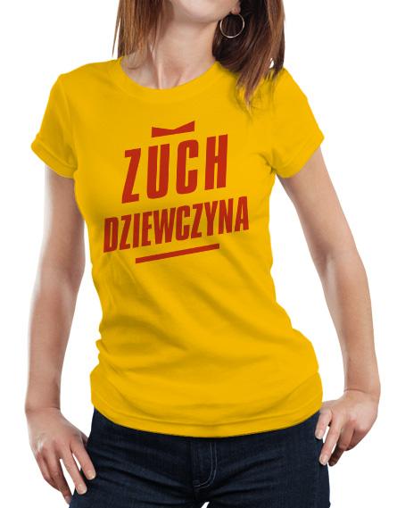 Żółta damska koszulka z napisem Zuch Dziewczyna w kolorze czerwonym.